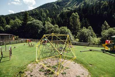 Spielplatz beim Freinerhof- zwischen Haupthaus und Stoahaus liegt unser riesiger Spielplatz für Kinder jeden Alters ....