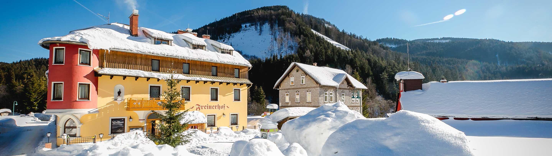 Ansicht unseres 3-Sterne Hotels im Winter. Wir liegen hoch genug, um auch zu Weihnachten Schnee zu haben - siehe Weihnachstbaum vorm Haus :-)