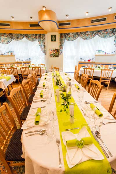 frischgedeckter Tisch bevor die Hochzeitsgäste eintreffen.