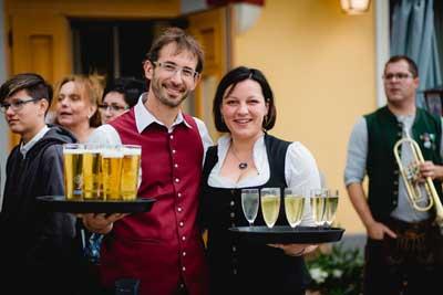 David und Elisabeth Bareck genießen es sichtlich, ihre Hochzeitsgäste mit Sekt, Bier und sonstigen Getränken zu begrüßen.