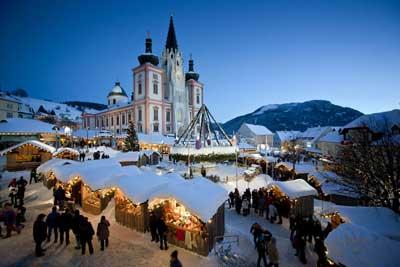 Mariazell im Winter - Blick auf die Basilika und den Weihnachtsmarkt davor