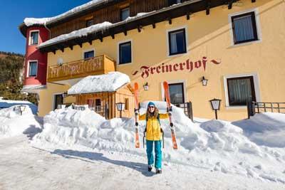 Skitourengeherin vor unserem Haus, juchhu, geschafft - jetzt gibt es gleich eine Stärkung im Gasthof