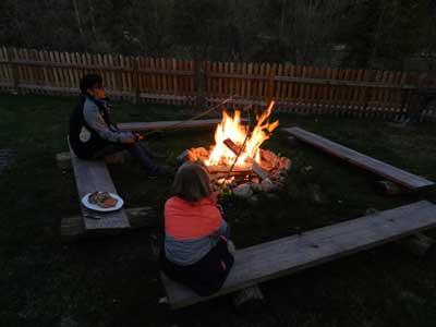 Familie Bareck hat manchmal auch Zeit dafür, mit ihren Kindern ein romantisches Lagerfeuer zu errichten und Würstel zu grillen.