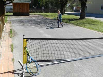 unsere Asphaltbahn im Sommer wird auch für diverse Ballspiele genutzt.
